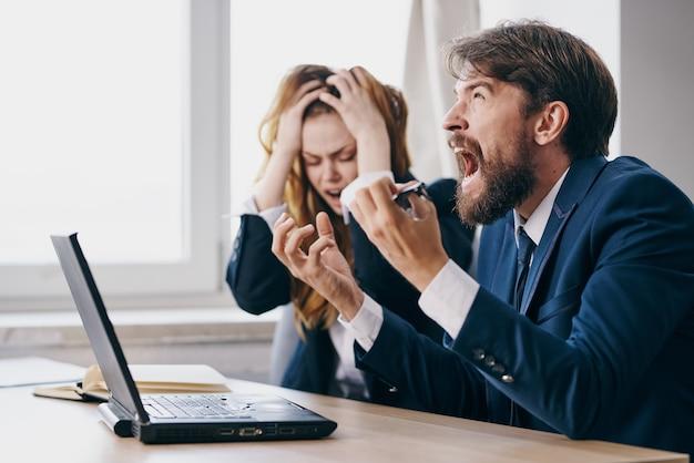 Manager sitzen vor einem laptop teamwork-technologien