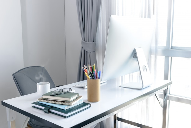 Manager-tabelle mit desktop-computer und business notes