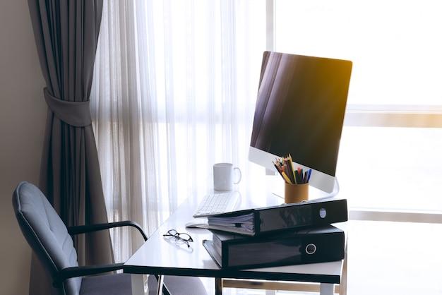 Manager tabelle mit desktop-computer und business notes