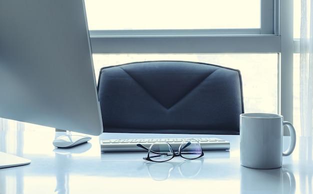 Manager-tabelle mit tischrechner und augengläsern