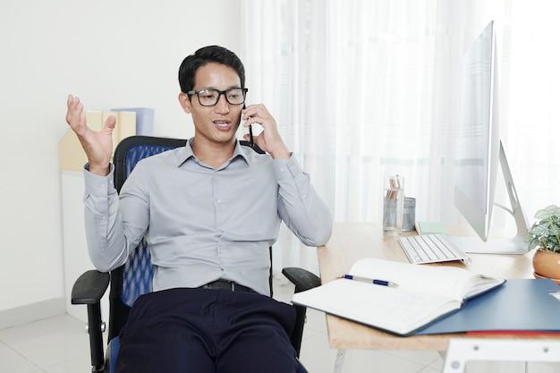 Manager telefoniert