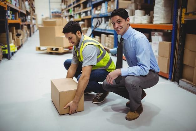 Manager training worker für gesundheits- und sicherheitsmaßnahmen in einem großen lager