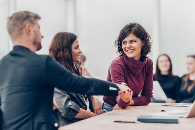 Manager und kunde geben sich die hand