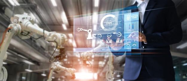 Manager-wirtschaftsingenieur, der tablettenkontroll- und -steuerungsautomatisierungsrobotermaschine verwendet