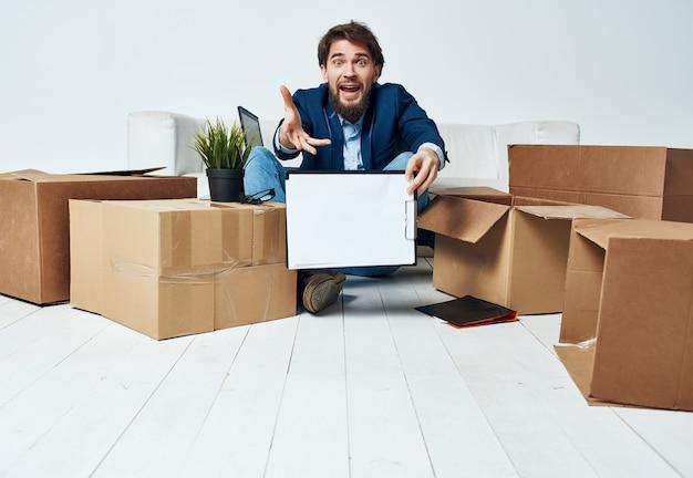 Manager zieht mit sachen büro an einen neuen arbeitsplatz kartons