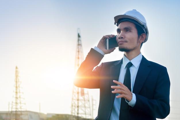 Manageranruftelefon im freien arbeiten architekt gebäudehintergrund Premium Fotos