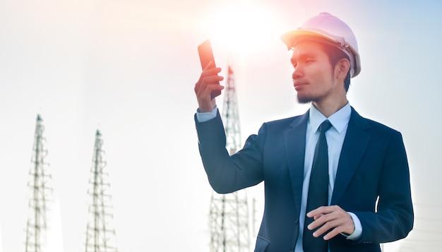 Manageranruftelefon im freien arbeiten architekt gebäudehintergrund
