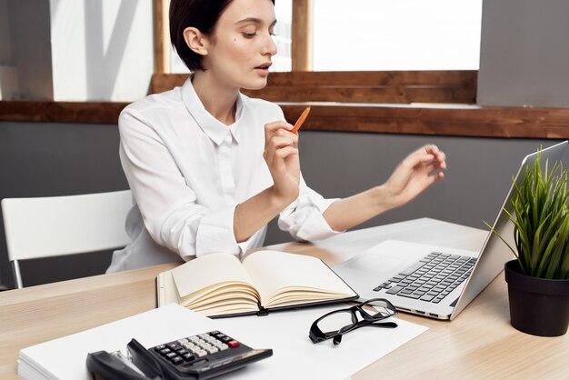 Managerin im büro mit brille selbstvertrauen isolierten hintergrund. foto in hoher qualität