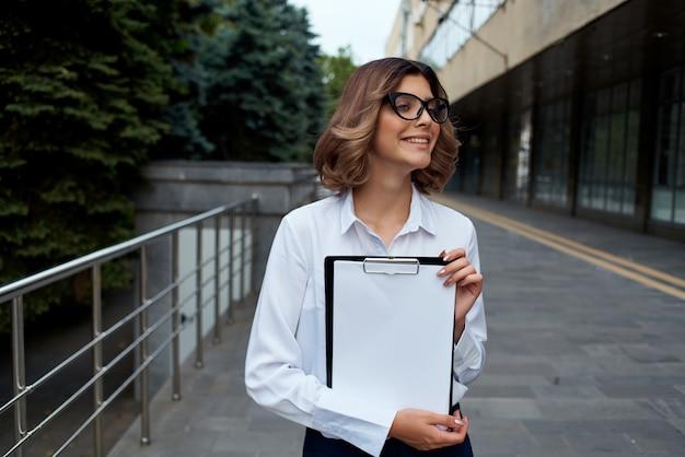 Managerin mit ordner für papiere professioneller isolierter hintergrund