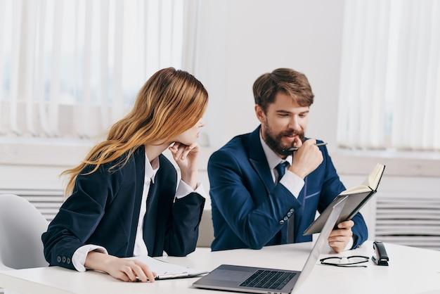 Managerinnen und manager arbeiten gemeinsam vor der laptop-teamtechnologie