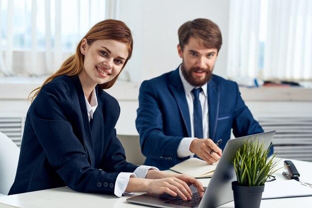 Managerinnen und manager arbeiten gemeinsam vor laptop-bürotechnik