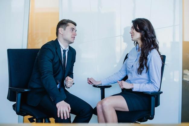 Managers sitzen auf stühlen