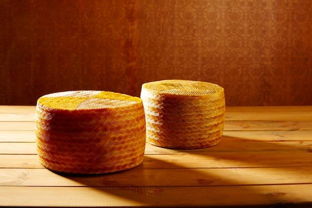 Manchego-käse aus spanien auf holztisch
