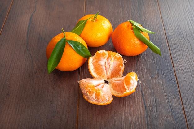Mandarine auf frischer frucht der braunen hölzernen tabelle