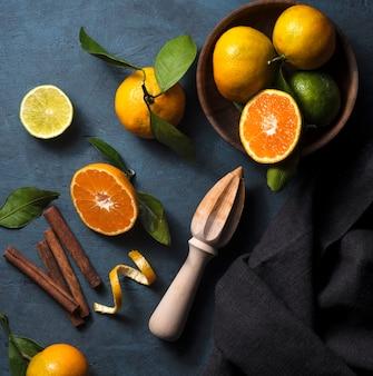 Mandarine in der ansicht des dunklen schwarzgrundkorbs des korbs