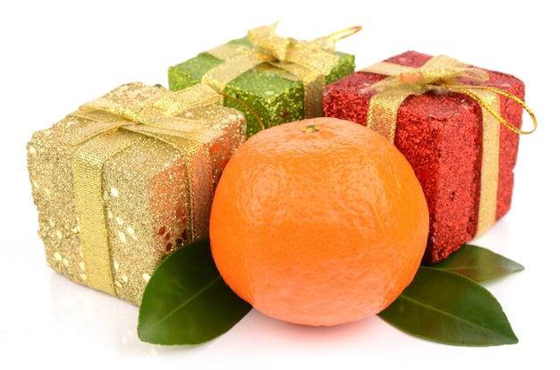Mandarine isoliert auf weiß