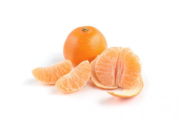 Mandarine lokalisiert auf weißem hintergrund.
