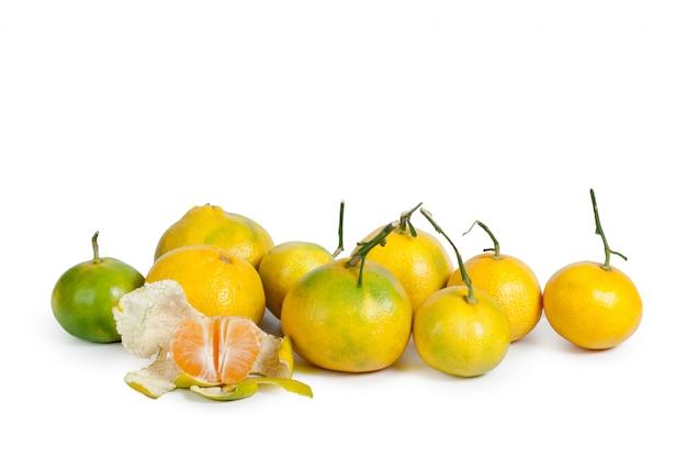 Mandarine lokalisiert auf weißem hintergrund