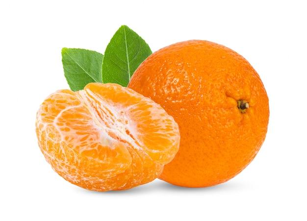 Mandarine, mandarine zitrusfrucht mit blättern auf weißer wand