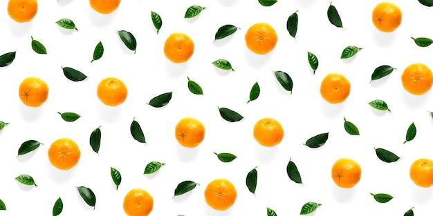 Mandarine tapete mit blättern und ohne geschält und ohne und halb geschält
