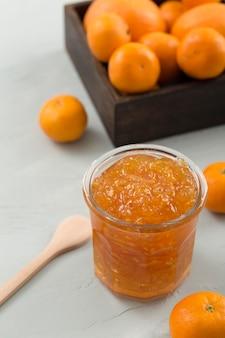 Mandarine und orange hausgemachte köstliche marmelade hohe ansicht