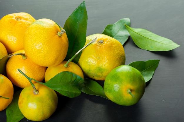 Mandarinen auf einem grauen hintergrund