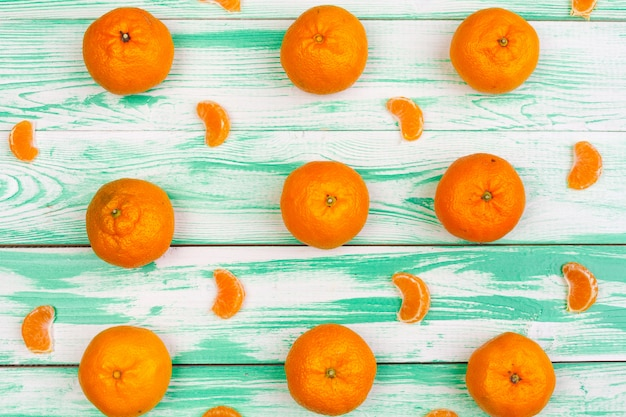 Mandarinen auf einem grünen holztisch