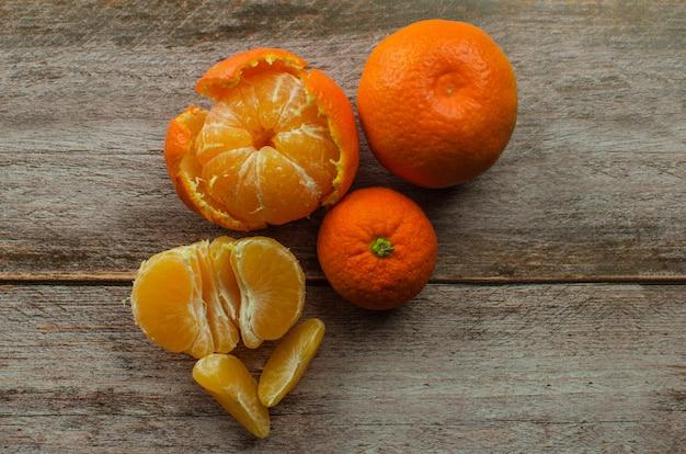 Mandarinen, geschälte mandarinen und mandarinenscheiben
