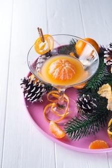 Mandarinen, geschälte mandarinen und mandarinesaft im glas. mandarinesaft und frisches frui