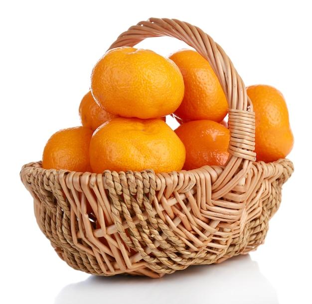 Mandarinen im korb isoliert auf weiß