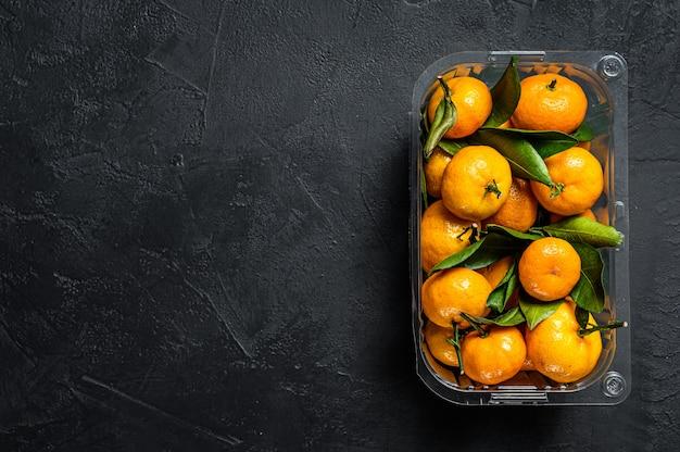 Mandarinen in einem plastikbehälter vom supermarkt.