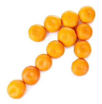 Mandarinen in pfeilform isoliert auf weiß