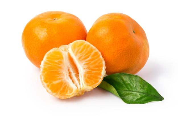 Mandarinen mit blättern auf einer weißen oberfläche
