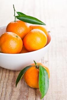 Mandarinen mit blättern in der schüssel
