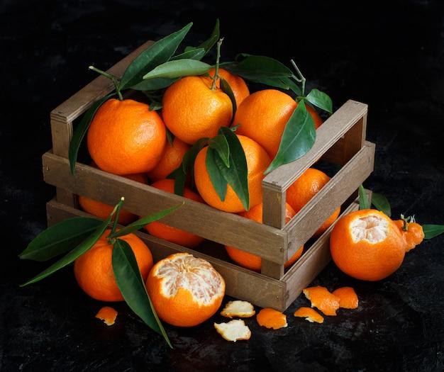 Mandarinen mit blättern in einer box