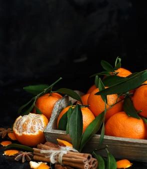 Mandarinen mit blättern und gewürzen
