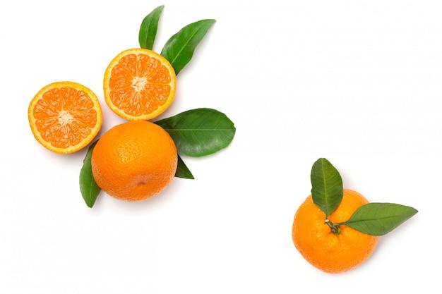 Mandarinen mit blatt auf einem weiß lokalisierten hintergrund. frische, helle früchte. flach liegen. ansicht von oben.