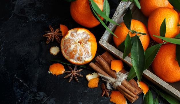 Mandarinen und gewürze auf einer dunklen hintergrundoberansicht