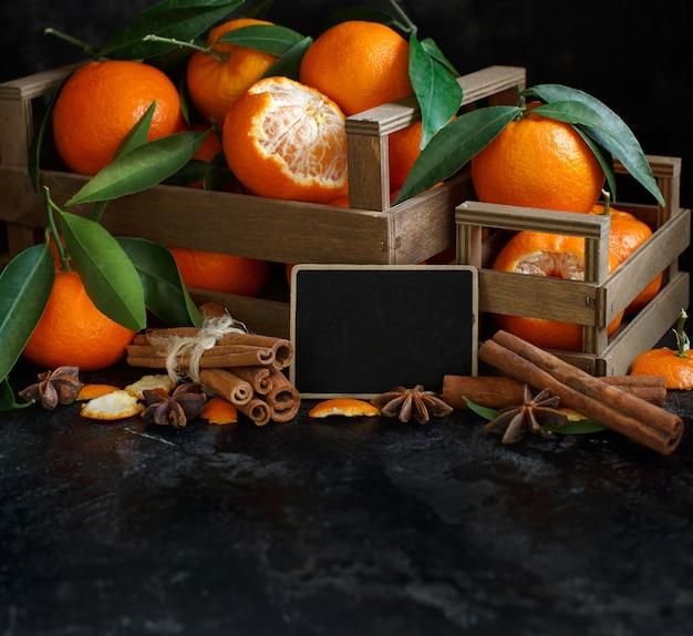 Mandarinen und gewürze mit kleiner tafel