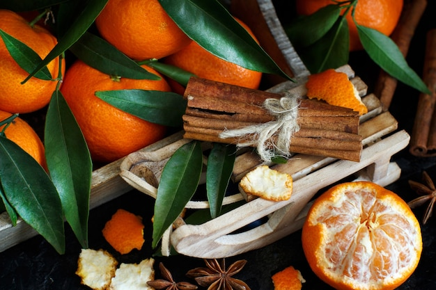 Mandarinen und gewürze mit schlitten