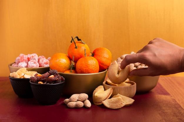 Mandarinen und glückskekse für chinesisches neujahr