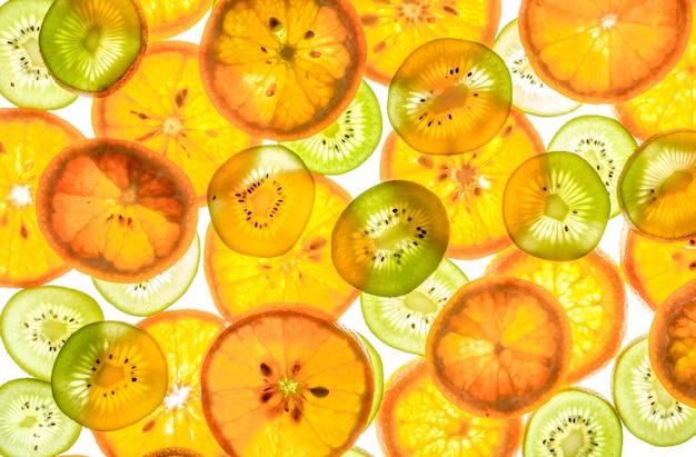 Mandarinen- und kiwischeiben auf weiß