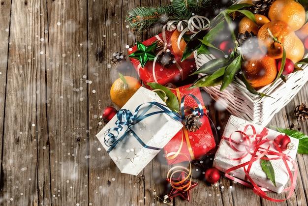Mandarinen und weihnachtsschmuck