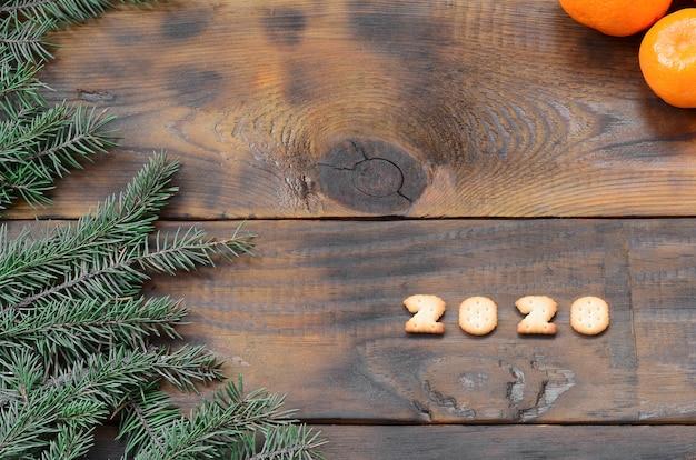 Mandarinen, ziffern des crackers 2020 und tannenzweige mit kopienraum
