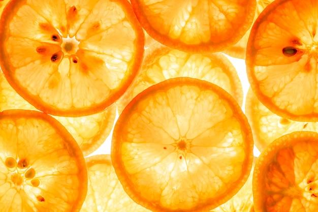 Mandarinen-zitrusfruchtscheiben auf weiß