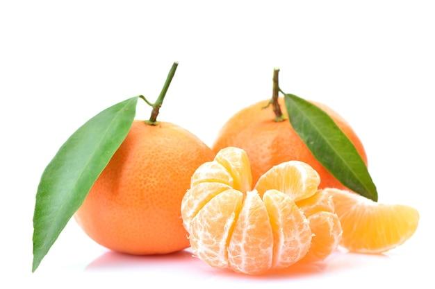Mandarinenfrucht auf weißem hintergrund