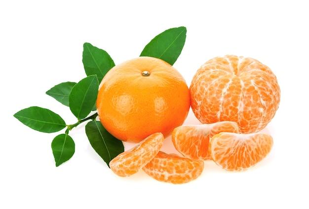 Mandarinenorange mit blättern auf weißem hintergrund