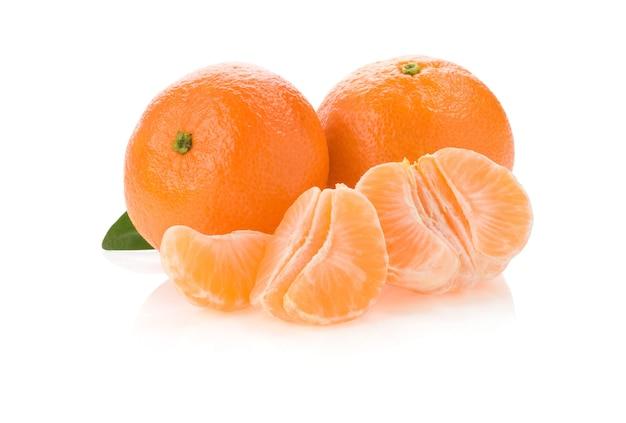 Mandarinenorangenfrucht und scheiben lokalisiert auf weißem hintergrund