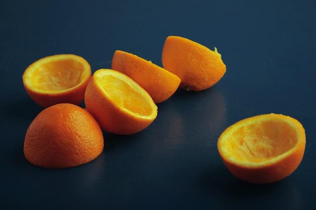 Mandarinenschalen-deckmäntel isoliert auf altem rustikalem blauem tisch der weinlese