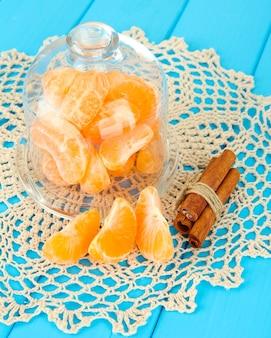 Mandarinenscheiben auf untertasse unter glasdeckel